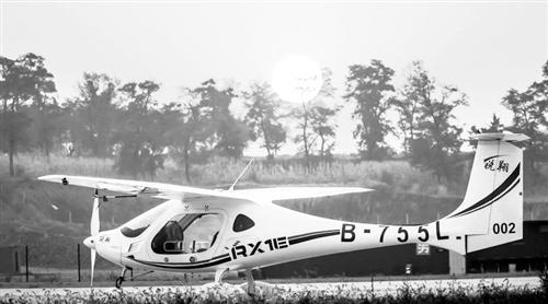 图为我国自主研发的新能源飞机——锐翔RX1E。 本报记者 孙潜彤摄